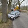 Auto botst op boom Veenklooster