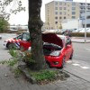 Personenauto tegen boom na aanrijding