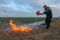 Politie creatief met pylon bij bermbrandje