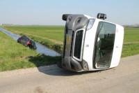 Busje en personenauto botsen
