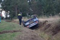 Auto belandt op de kop in greppel