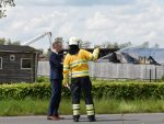 Burgemeester Jeroen Gebben in gesprek met brandweer